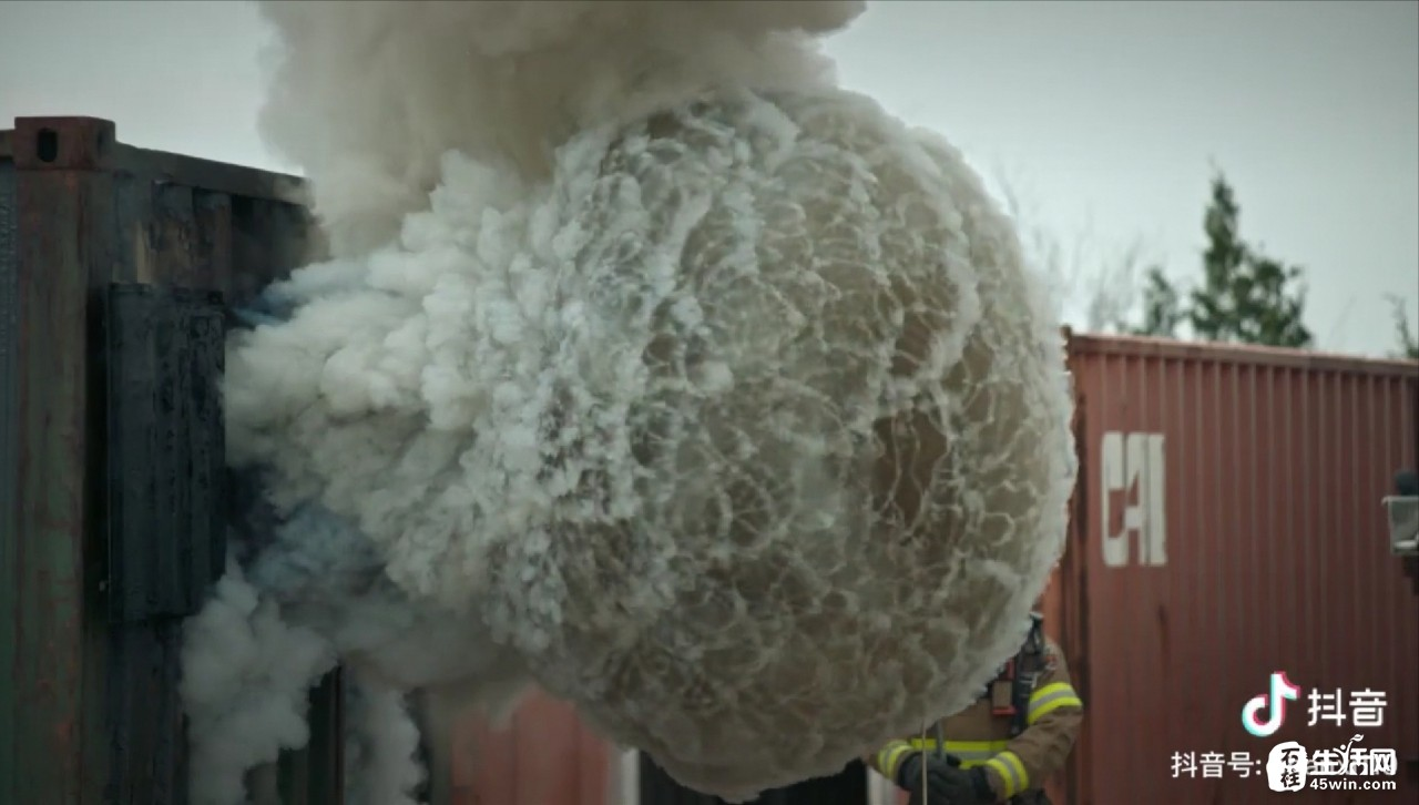 家里起火,打开窗户引起爆炸