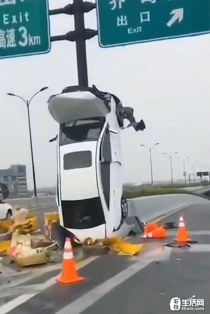 """【提醒】这个车祸刷屏朋友圈,""""这车是怎么开上去的?"""""""