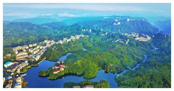 石柱县有一个大镇,和湖北利川相邻,它是重庆百强镇、重庆中心镇、全国重点镇